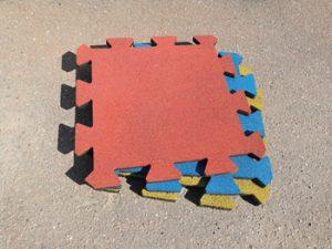 Резиновая плитка - лежит на асфальте